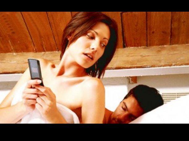 5 razones poderosas por las que las mujeres NO deben revisar el celular de su novio/esposo